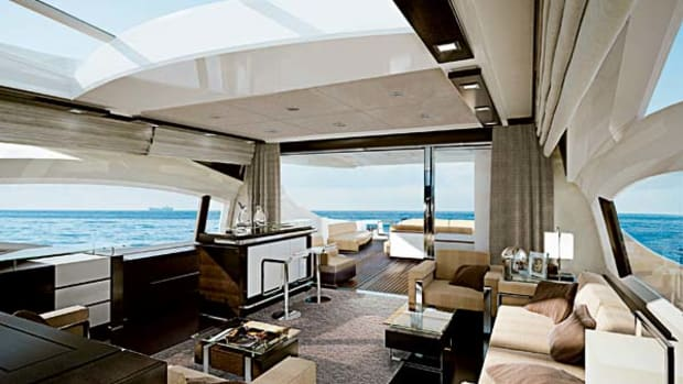 A trademark of Azimut's S series is expansive glass, including the aft bulkhead and overhead, which floods the saloon and dining area with natural light.