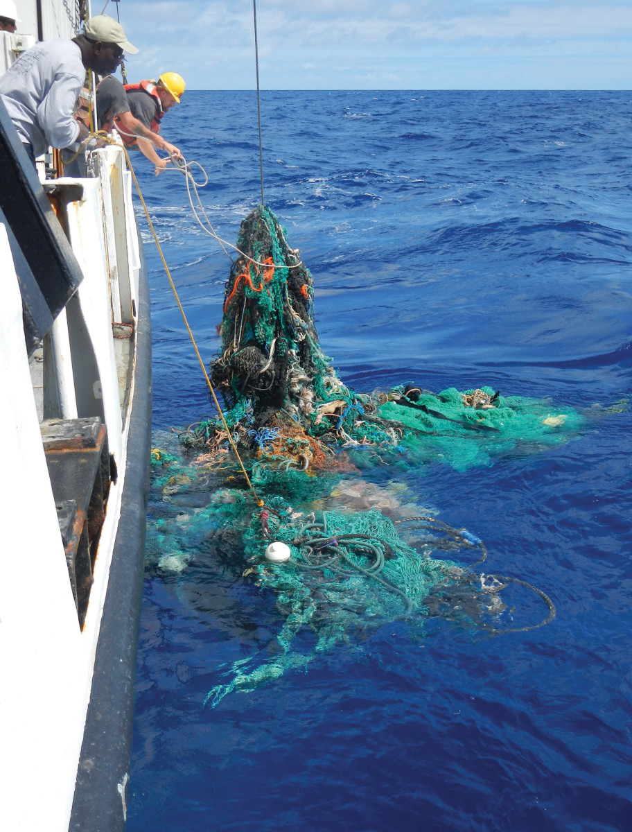 02-megaexpedition-ghostnet-retrieving