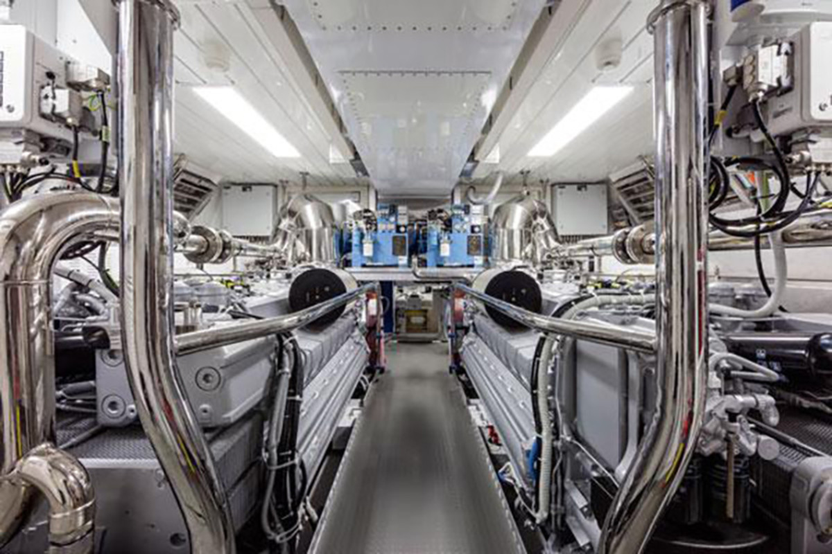 Mangusta 94 engine room