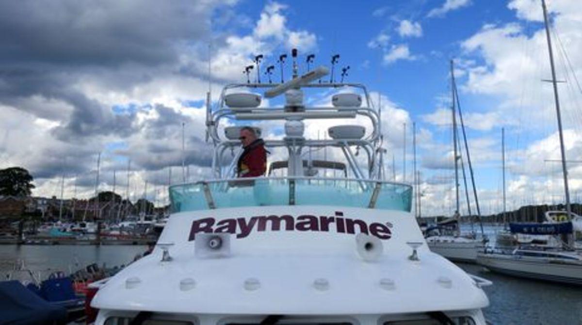 Raymariner_flying_bridge_cPanbo.jpg