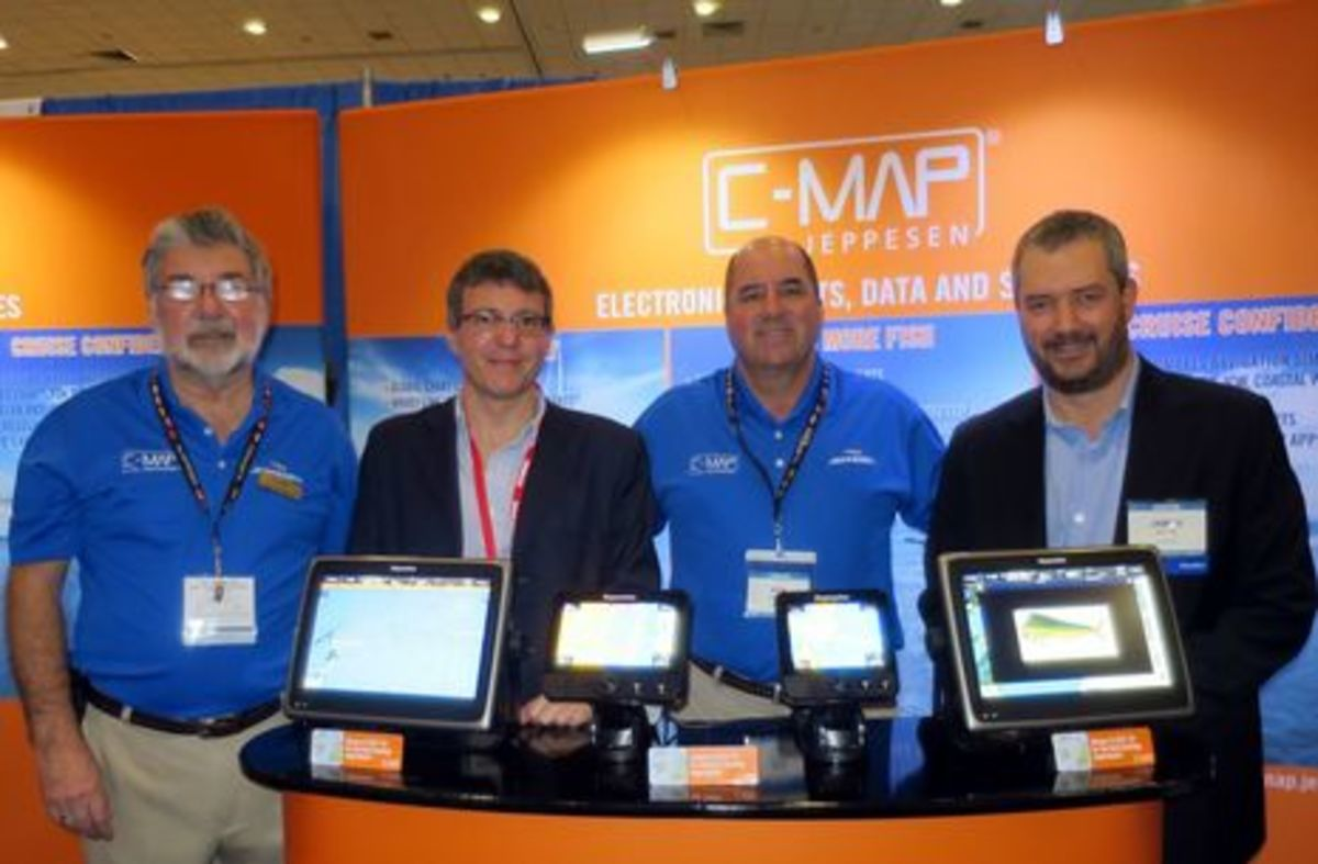 MIBS2015_C-Map_gang_with_Raymarine_4D_cPanbo.jpg