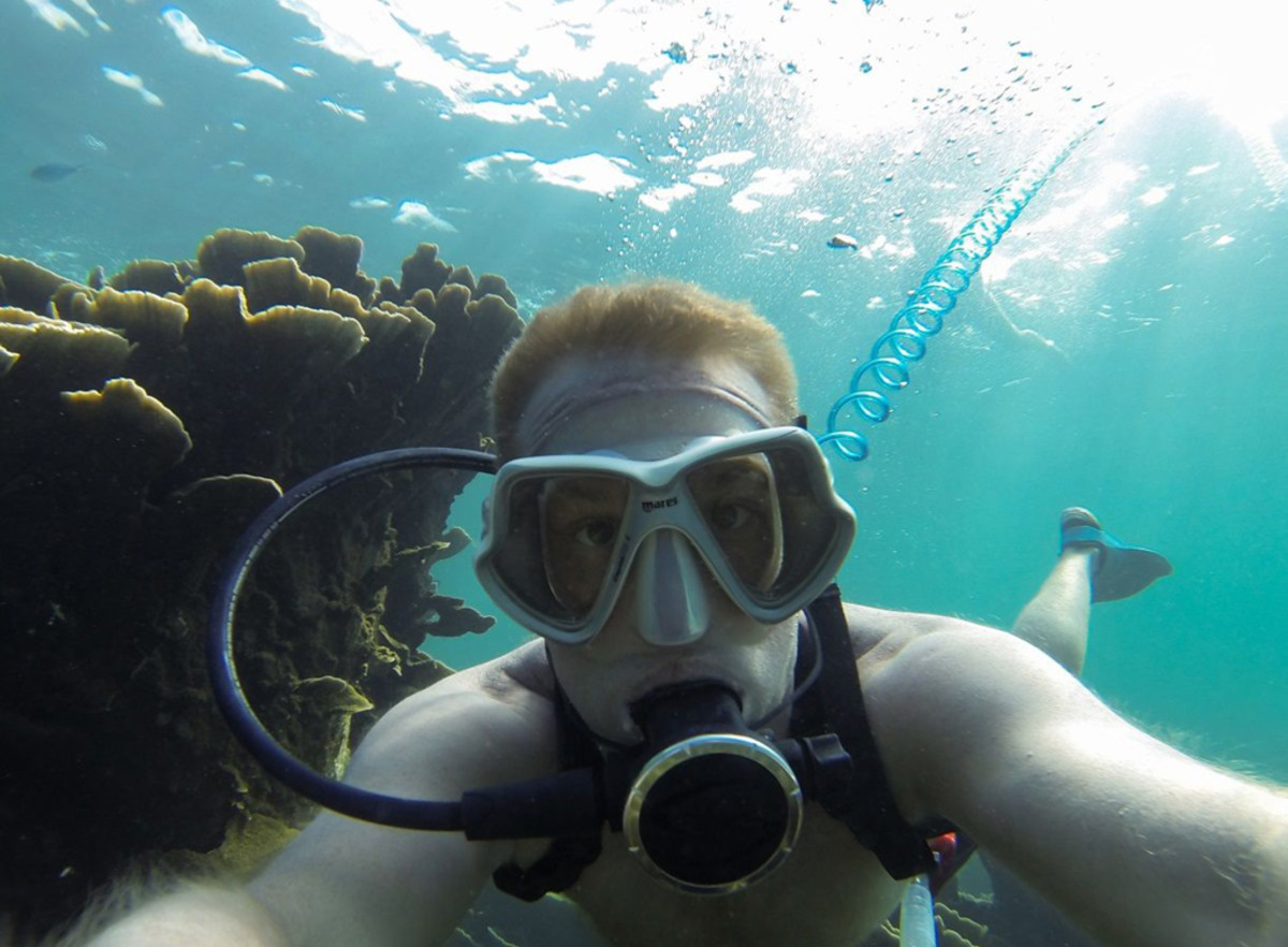 Diver using AirBuddy