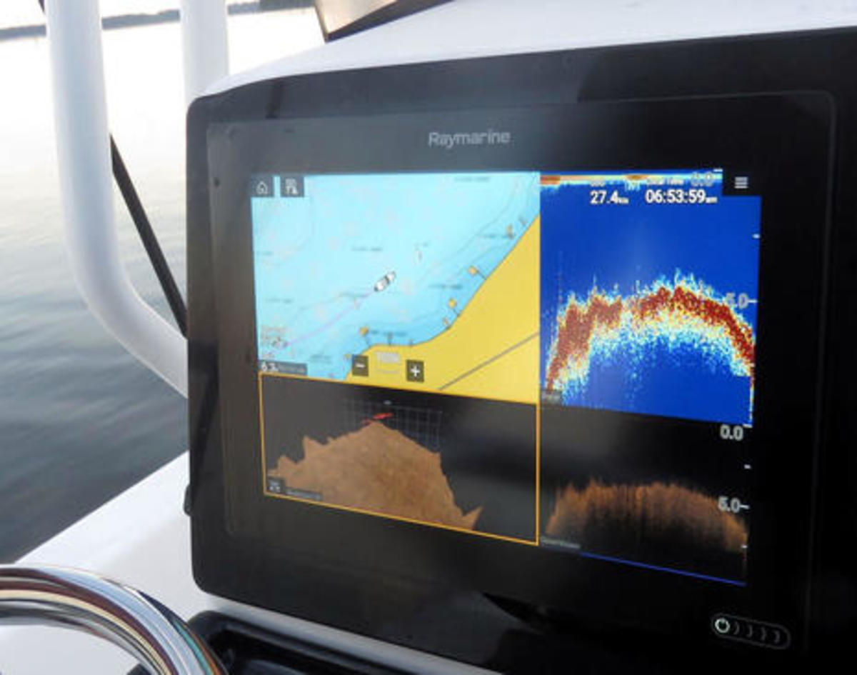 Raymarine_Axiom_7_at_speed_on_FL_lake_cPanbo.jpg