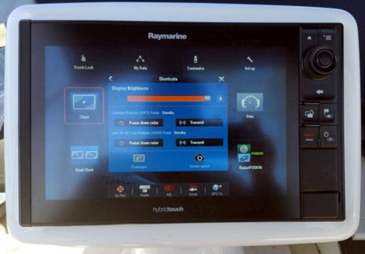 Raymarine_eS128_showing_dual_radars_w_power_down_ability_cPanbo.jpg