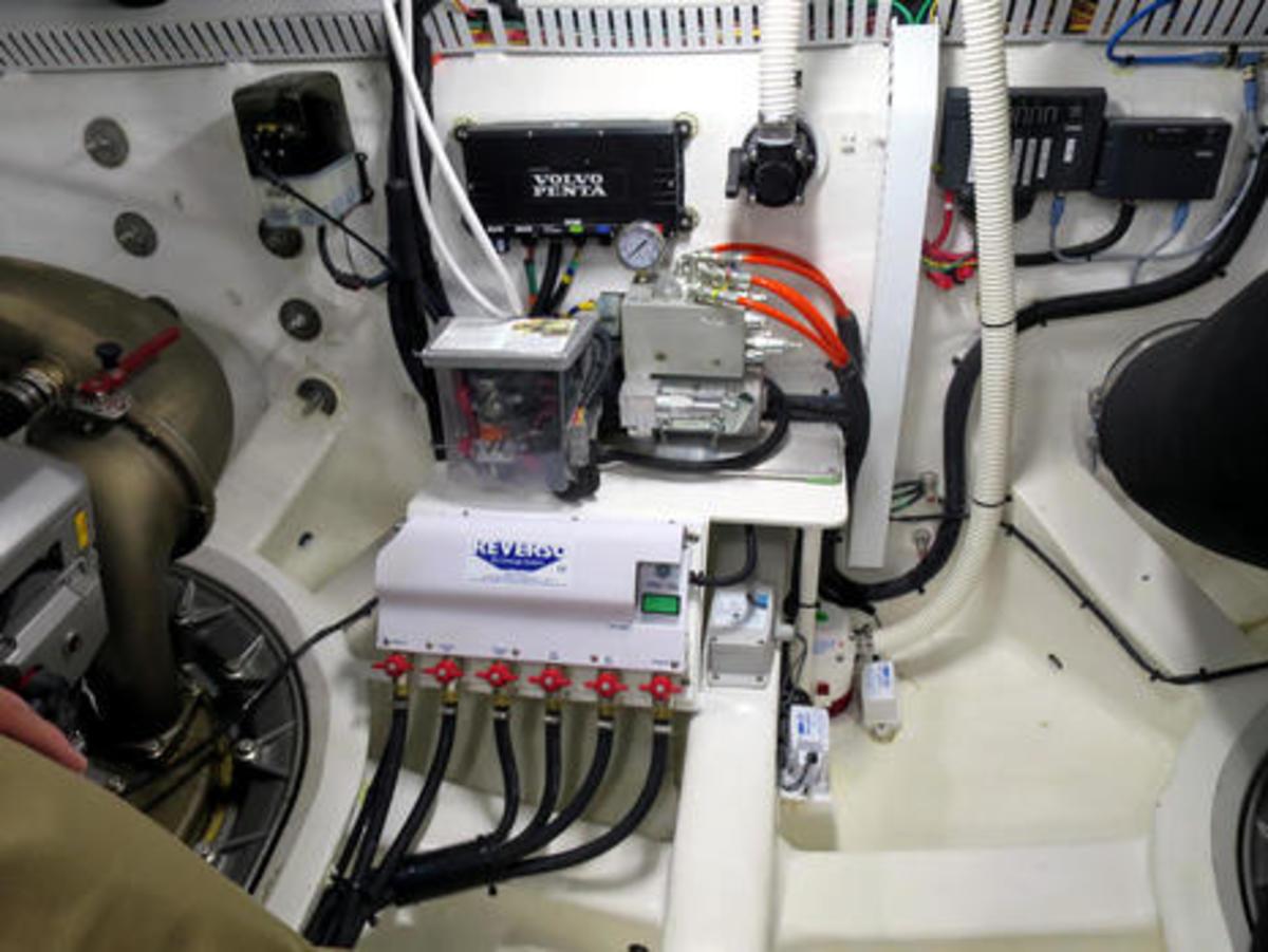 Sabre_66_hull_engine_room_detail_cPanbo.jpg
