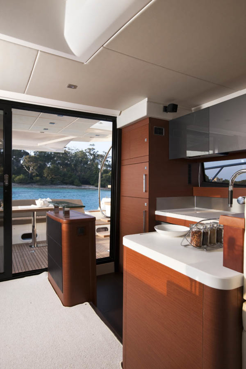 Prestige 550 Flybridge galley