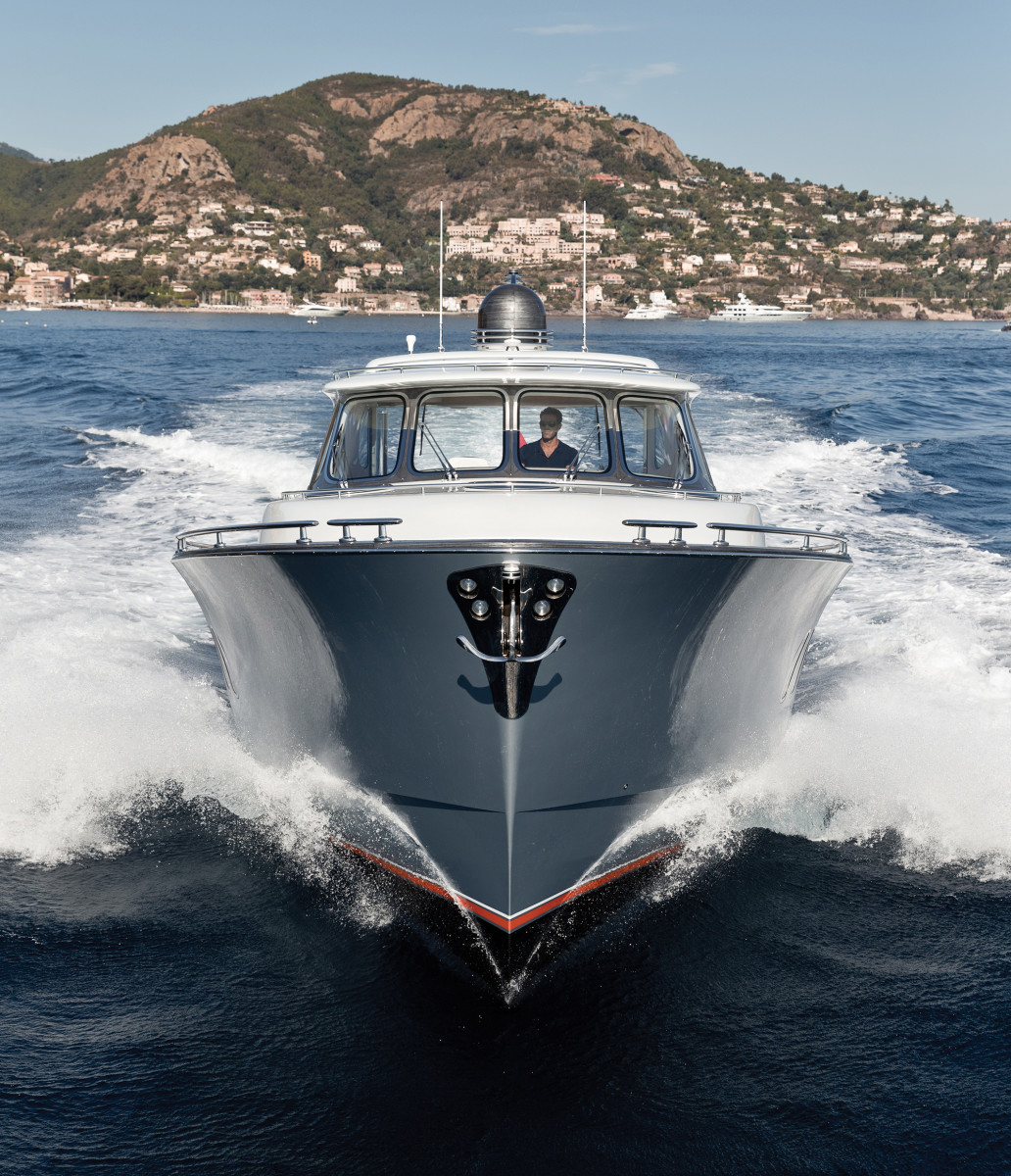 The Zeelander Z55 offers performance to back up her appearance, with a top end near 35 knots.