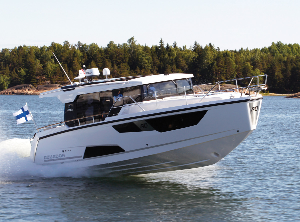 Contemporary lines and excellent performance are keys to Aquador's 35AQ cruiser.