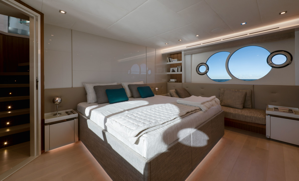 06_MCY70skylounge_Owner-cabin (2)