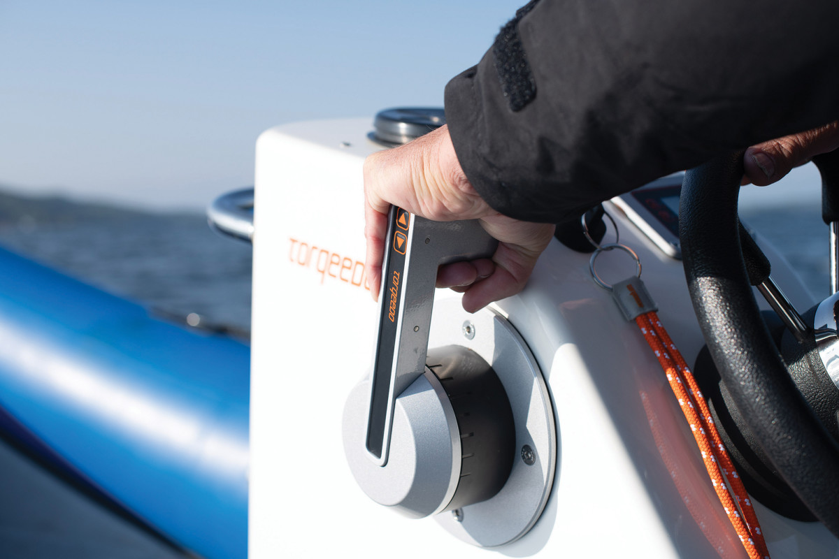 Binnacle-type controls for electric outboards exhibit virtually no clutch-related delay.