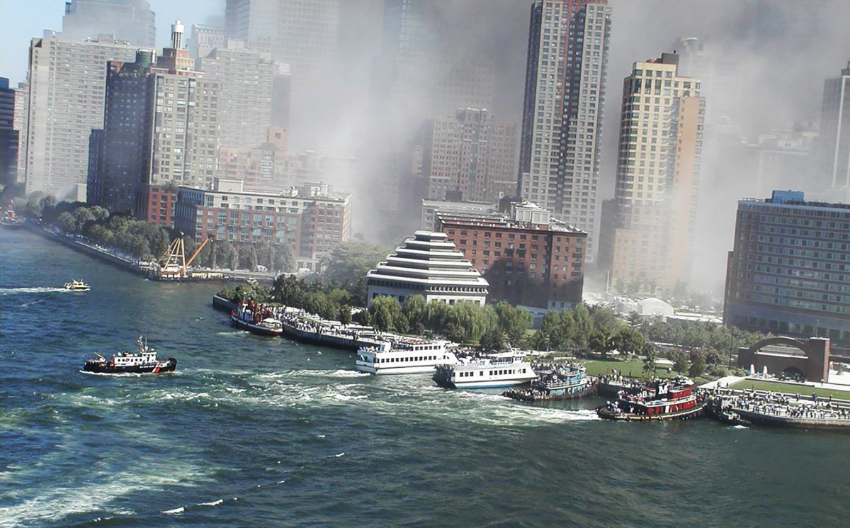 02-Priority 11 Boats maneuvering along the seawall in Lower Manhattan (1)